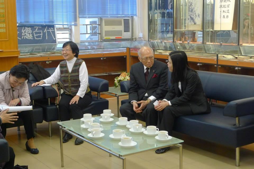 嘉賓們在校史館茶聚