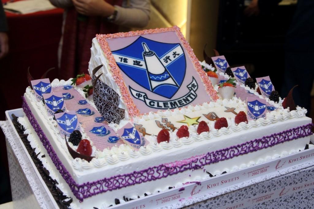 由兩位首席學長主持切蛋糕儀式,帶領同學三歡呼︰Hip,hip, hurray